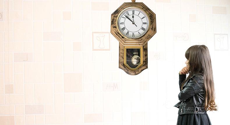 時計を見る少女