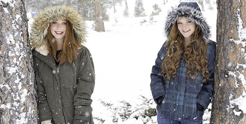 雪上に立つ二人の女性