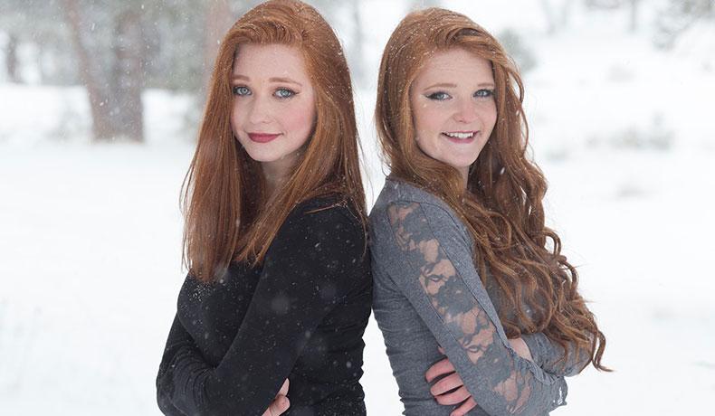 雪の中に立つ二人の女性