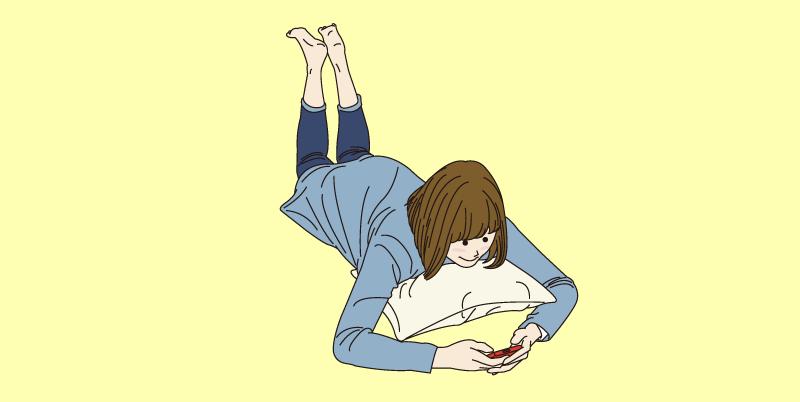 のんびりスマホをいじる女性